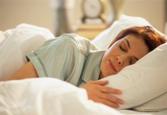 Женщина спит на неудобной подушке