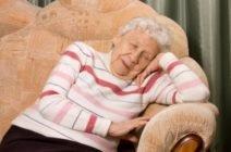 Сон в сидячем положении: возникновение, причины и потенциальный вред