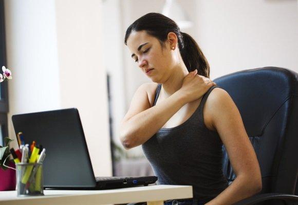 У женщины боли в позвоночнике