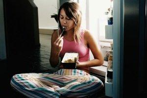 Почему хочется есть в ночное время суток?